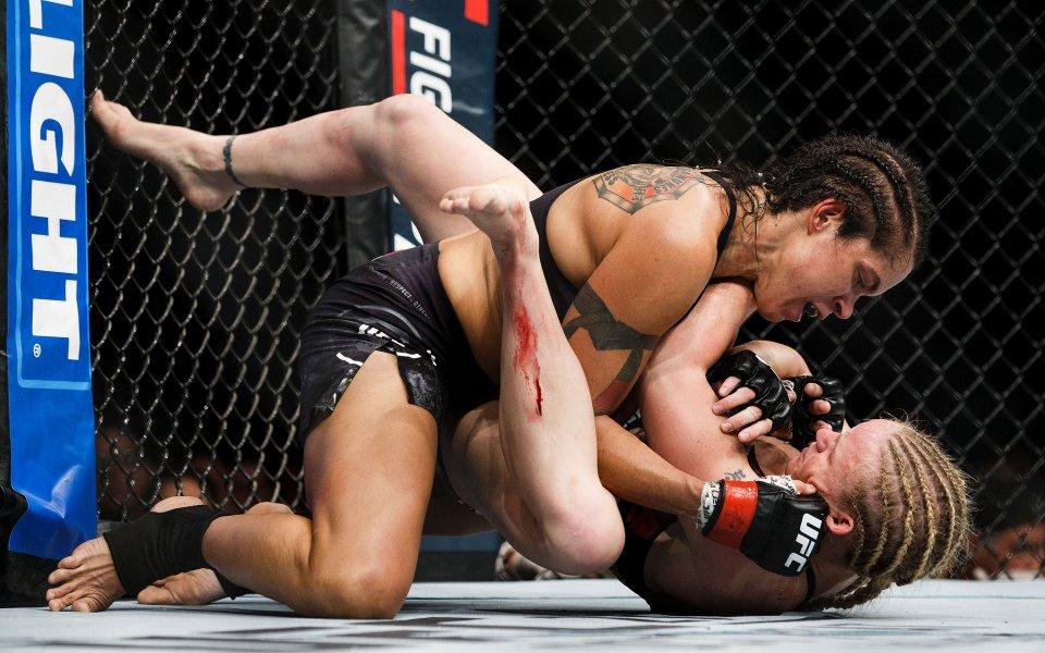 Шампионка от UFC се снима само по… пояси