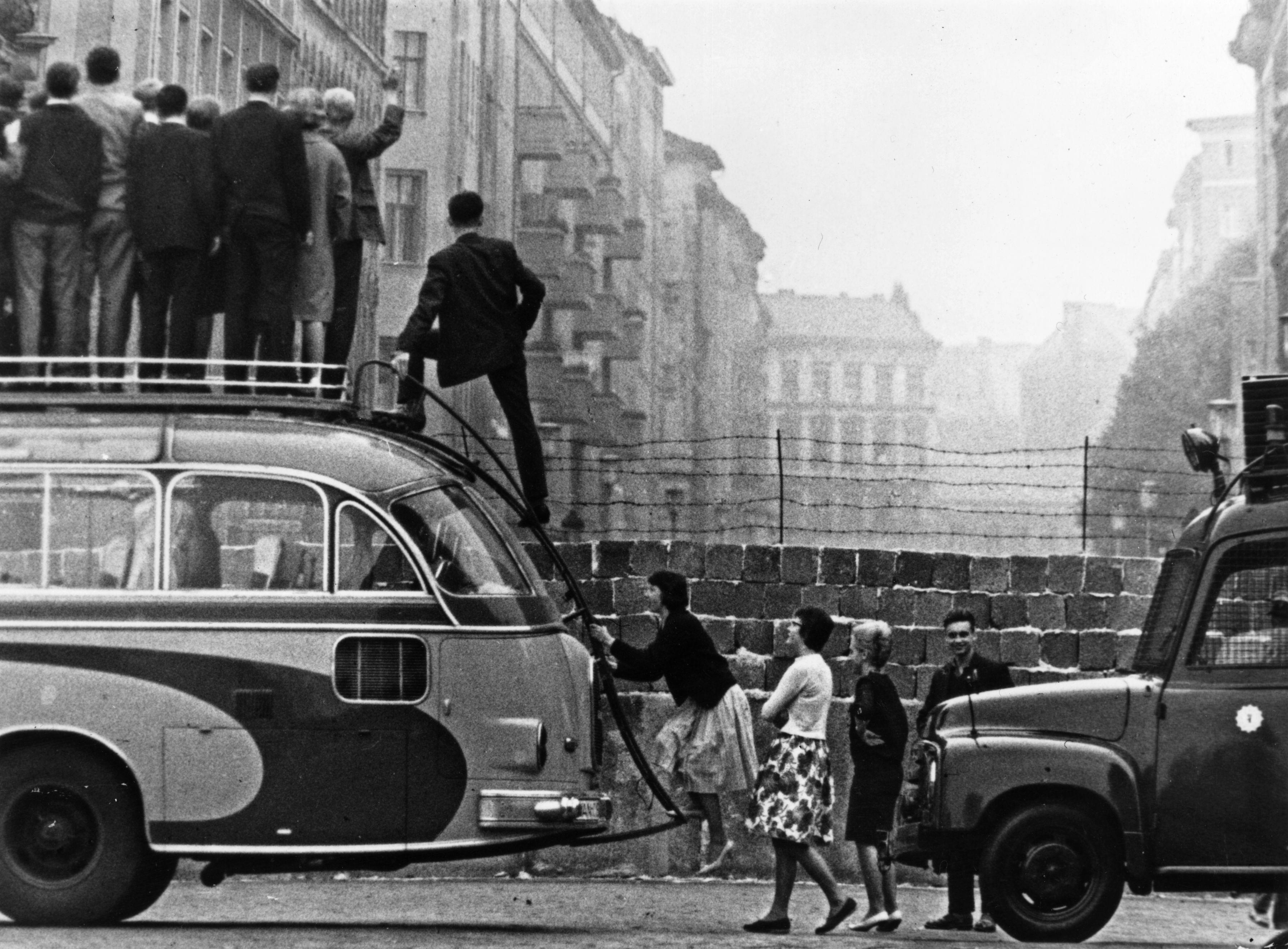 <p>Хората се качват на автобус, за да разгледат Берлинската стена, а и отвъд нея.&nbsp;</p>