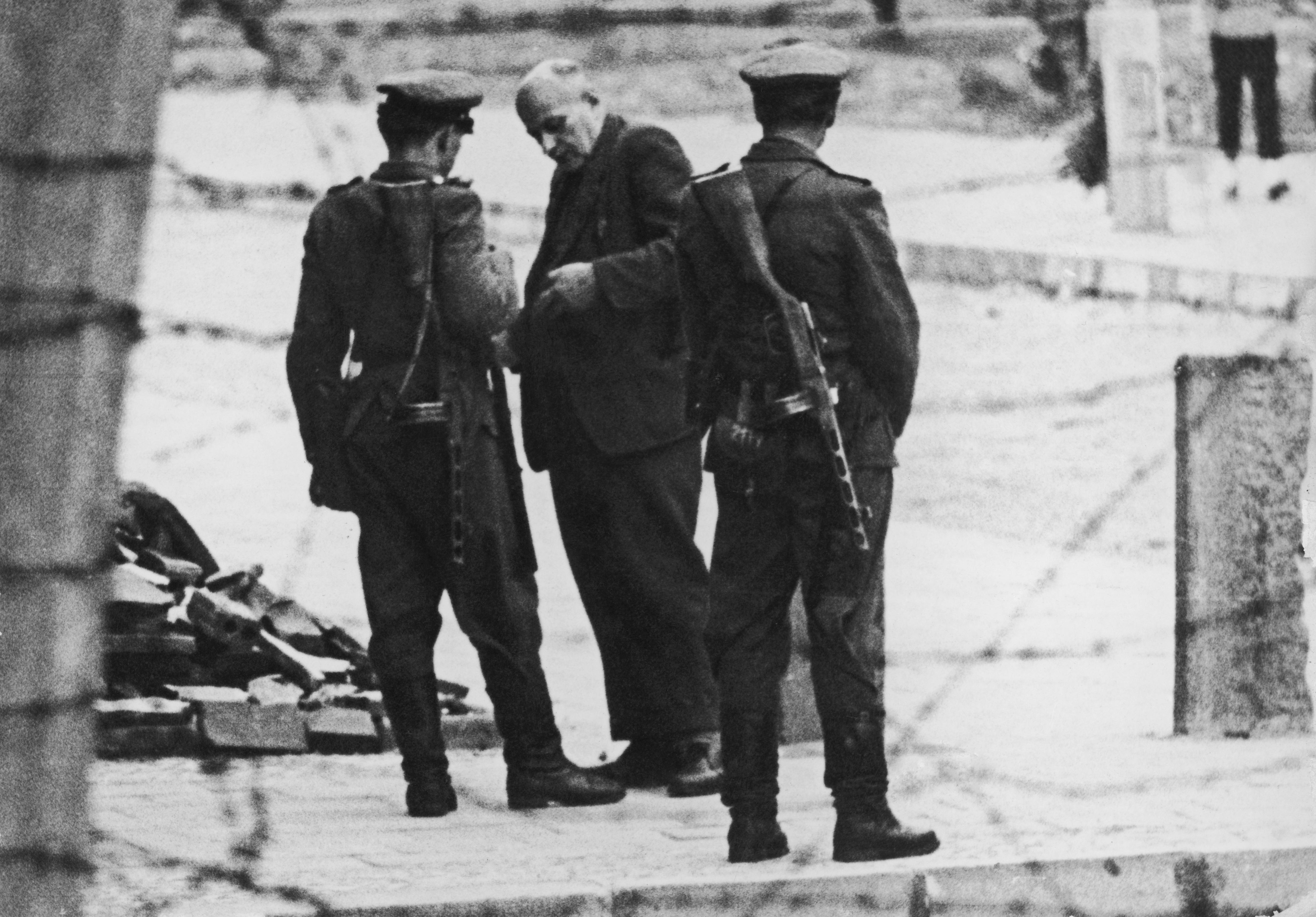<p><strong>11 септември 1961 г. </strong></p>  <p>Членовете на Volkspolizei - източногерманската полиция, проверяват документите на възрастен мъж на Берлинската стена.</p>