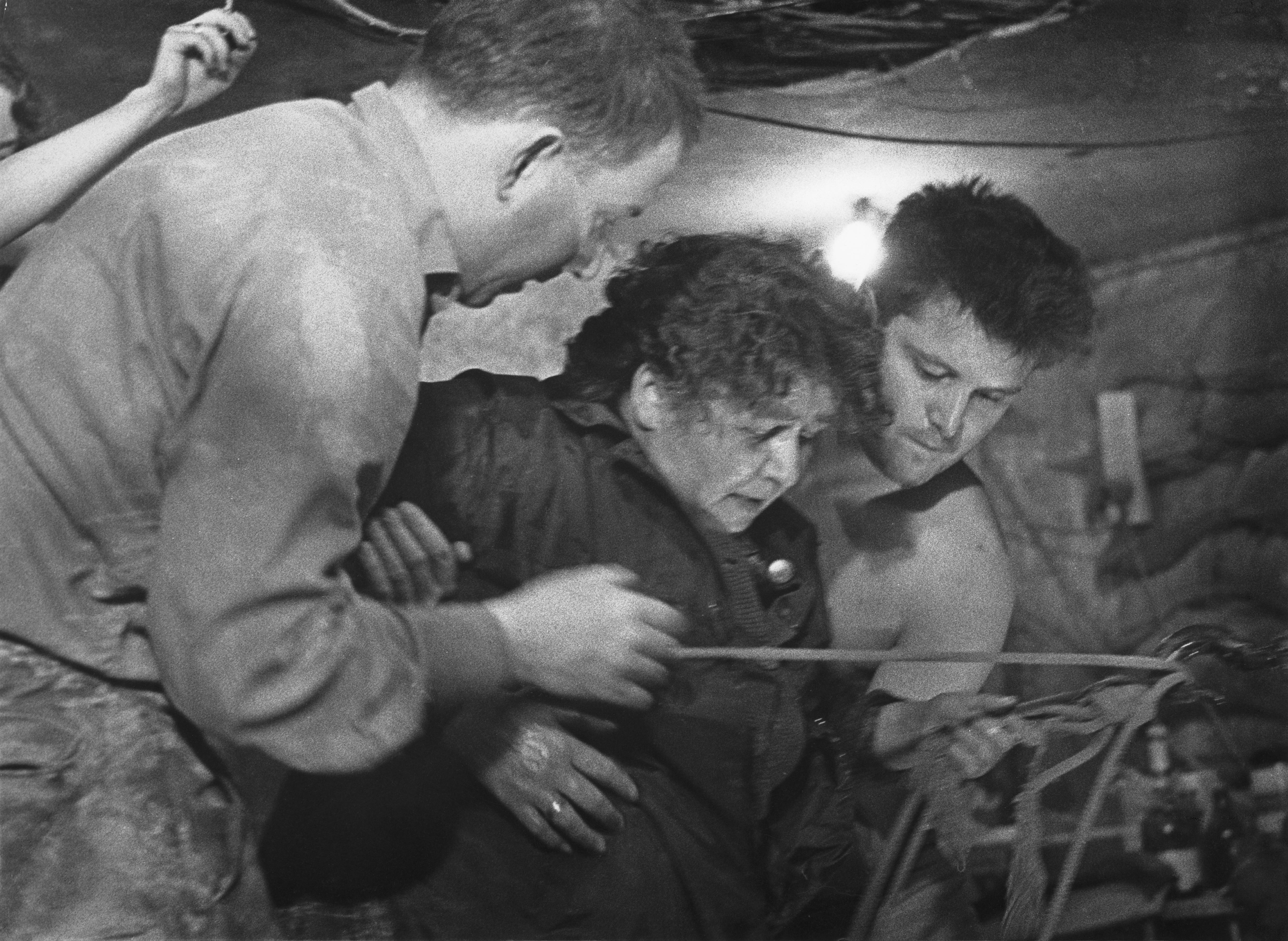<p>75-годишна жена преминава през тунел 57, през който 57 граждани на Източен Берлин успяват да избягат в западния сектор на града на 3 и 4 октомври 1964 г.</p>