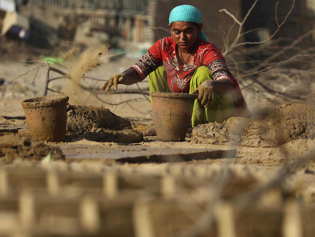 Ръчно изработената глинена керамика се използва широко като домакински стоки в страната.