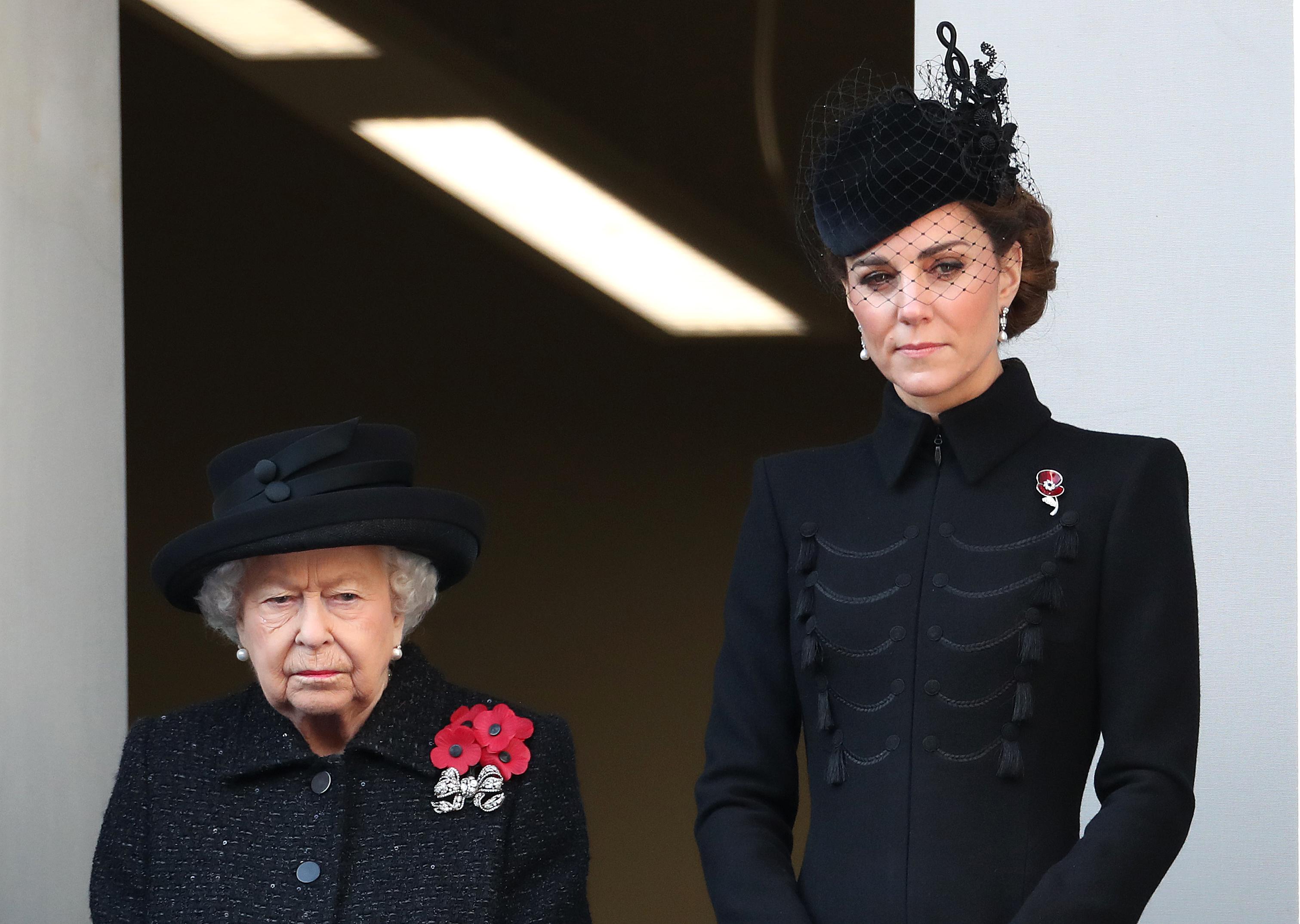 <p>Уилям и Хари отдадоха уважението си пред паметника Кенотаф в Лондон заедно с баща си&nbsp;&ndash; престолонаследника принц Чарлз, в присъствието на огромна тълпа.&nbsp;През това време&nbsp;Кейт Мидълтън наблюдаваше церемонията от един балкон заедно с кралица Елизабет и Камила, херцогинята на Корнуол, а&nbsp;Меган Маркъл беше на друг заедно със Софи, графинята на Уесекс и съпруга на принцеса Ан &ndash; сър Тимоти Лорънс.</p>
