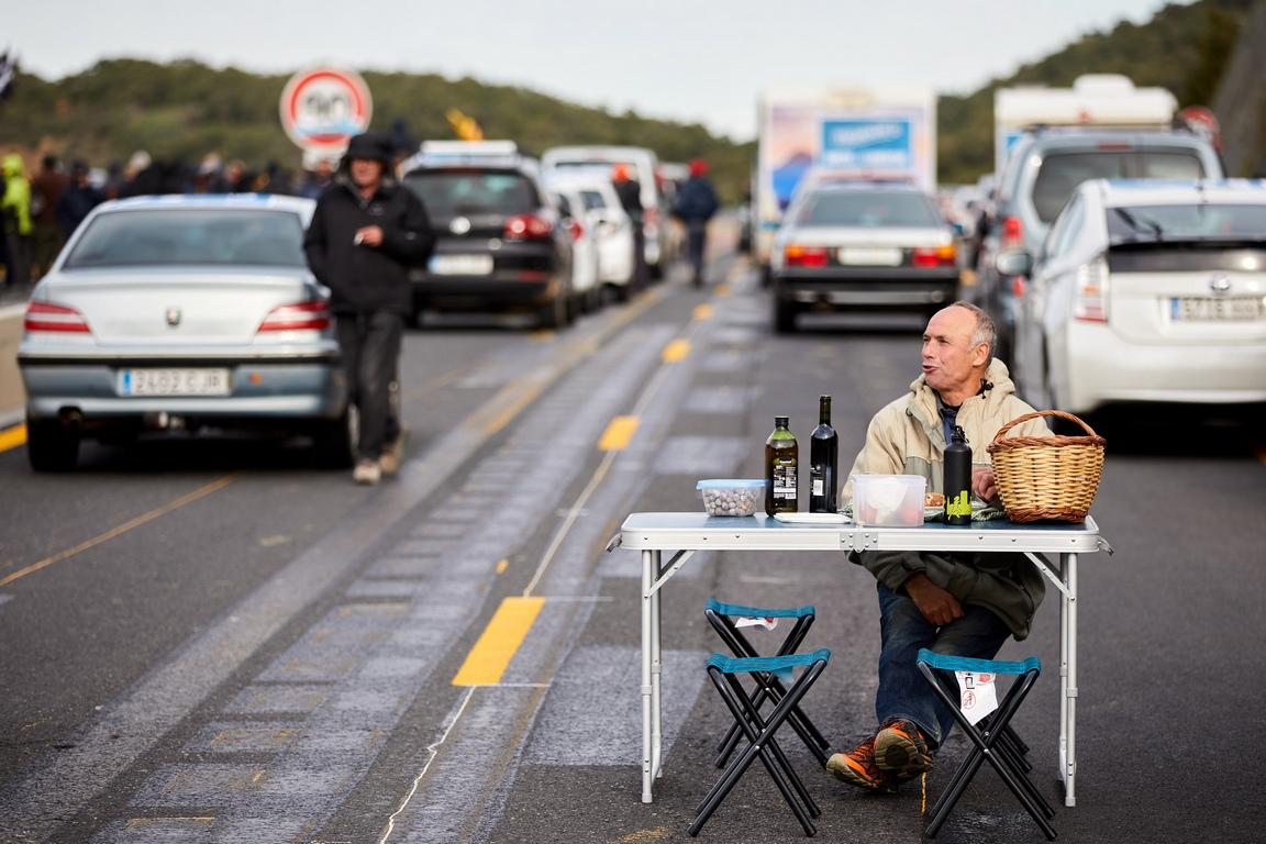<p>Десетки превозни средства блокираха магистралата близо до границата с Франция, след като около 300 души поставиха барикада</p>