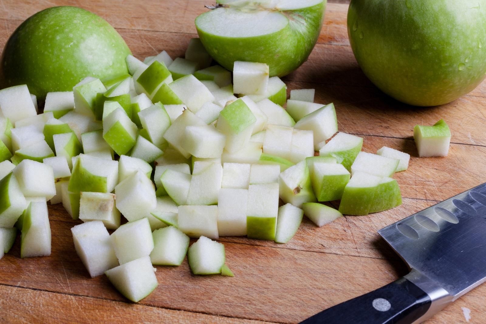 <p>Ябълките помагат в битката с излишните килограми.Този плод не е много калоричен и помага за потискането на апетита. Когато се почувствате гладни, по-добре хапнете една ябълка, вместо да се нахвърлите на пакетче чипс или солети. Ако не сте големи фенове на ябълката, можете да се опитате да я консумирате и под друга форма &ndash; като прясно изцеден сок, в салата, пай и т.н.</p>