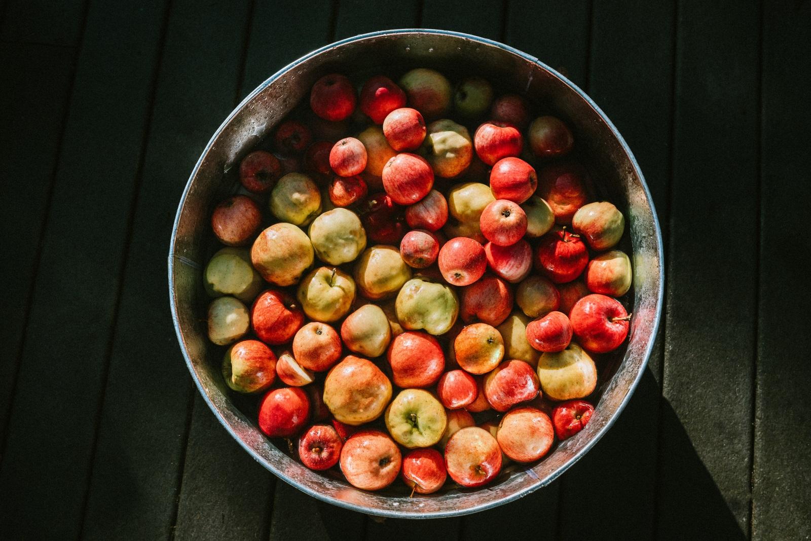 <p>Ябълките съдържат мощни антиоксиданти. Въпреки че повечето плодове и зеленчуци съдържат антиоксиданти, в ябълките се среща един от най-мощните антиоксиданти &ndash; кверцетин, който стимулира силно имунната система и може да предотврати различни видове болести. Можете да изядете дневната си ябълка за закуска сутрин или пък да я изпиете под формата на прясно изцеден сок.</p>