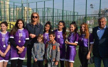 Стефка Костадинова и Рени Камберова наградиха деца и младежите в риск