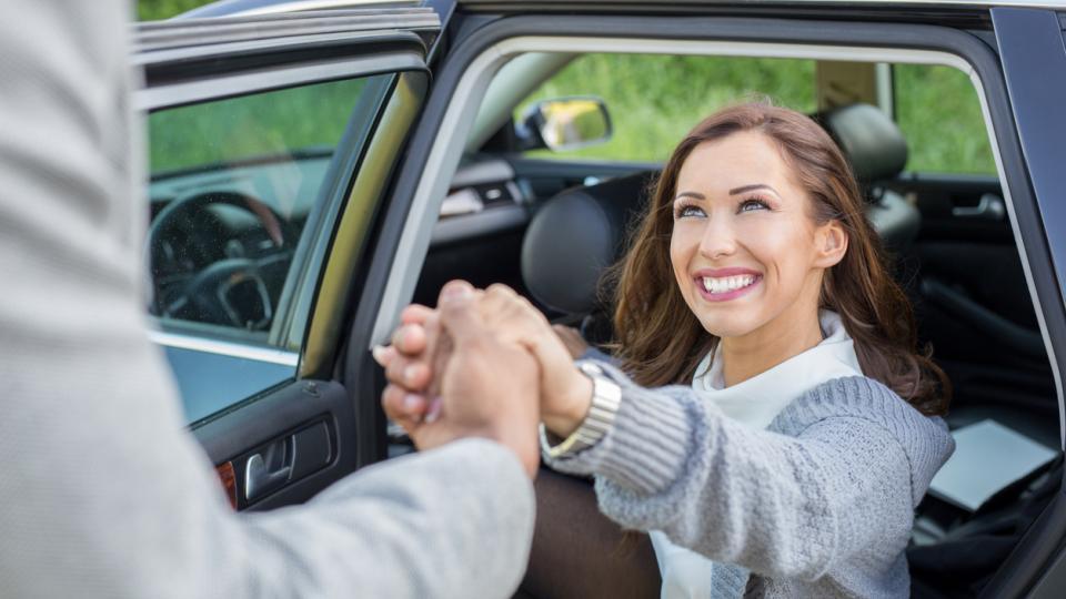 джентълмен жест кола жена мъж