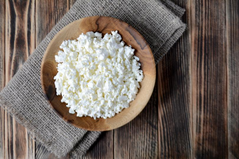 <p><strong>Извара</strong></p>  <p>Млечните продукти са с високо съдържание на протеини. Консумирането на извара е чудесен начин да увеличите приема на протеини. Освен това тя е засищат храна и помага да се чувствате сити с относително нисък брой калории.</p>  <p>Млечните продукти също са с високо съдържание на калций, който може да подпомогне изгарянето на мазнини.</p>