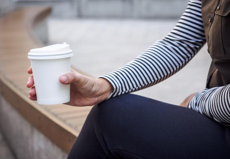 <p><strong>Картонена чаша за&nbsp;кафе</strong></p>  <p>Може да изглежда, че те е направена от хартия, но всъщност съдържа&nbsp;слой пластмаса. Тъй като е изградена от два различни материала, те не могат да бъдат рециклирани, освен ако не са разделени един от друг. Това обаче изисква специална машина и не е възможно да бъде направено на ръка.</p>