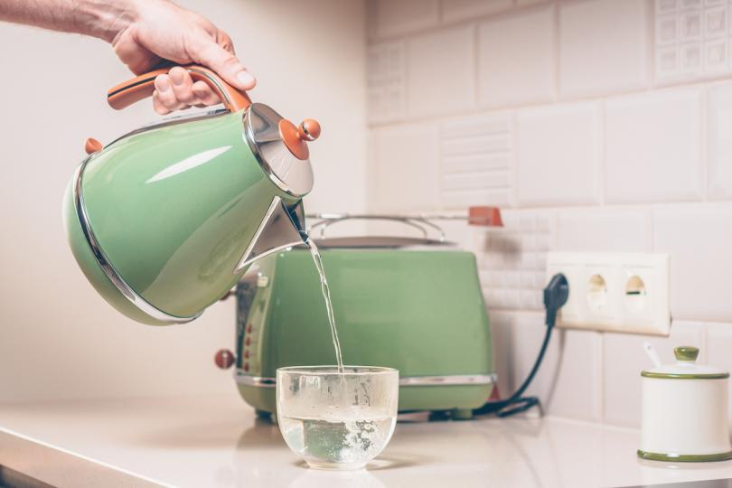 <p><strong>Дезинфекция с гореща сапунена вода</strong></p>  <p>В 21 век надали има&nbsp;кухня, в която да няма течаща гореща вода или веро. За да послужи оптимално&nbsp;сапунената гореща вода&nbsp;е добре обаче тя да е наистина вряла. За целта можете дори да я кипнете на котлона или да използвате кана за загряване на вода. Разтворете в нея верото и с тази смес избършете всички кухненски плоскости.</p>