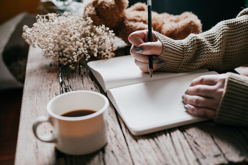<p><strong>Води си&nbsp;дневник</strong></p>  <p>Записването на онова, за което си благодарна, води до редица ползи за благосъстоянието ти. Поддържането на дневник подсилва позитивното мислене &ndash; а това е от особена помощ, тъй като обикновено мозъкът се фокусира върху това, което не е наред. Записките помагат и да отбелязваш прогрес в целите си.</p>  <p>За да усетиш пълните ползи от воденето на дневник, проф. Емънс препоръчва да пишеш по 5-10 минути на ден. &bdquo;Трябва наистина да се отдадеш на това, а след известно време ще го правиш по-автоматично&ldquo;, казва той. &bdquo;То е като тренирането &ndash; няма един ден просто да се събудиш и започнеш да спортуваш, имаш нужда от план. Нуждаеш се&nbsp;и от план за действие относно благодарността, независимо дали е писане сутрин, или вечер преди да заспиш &ndash; няма само един вариант, който да работи.&ldquo;</p>