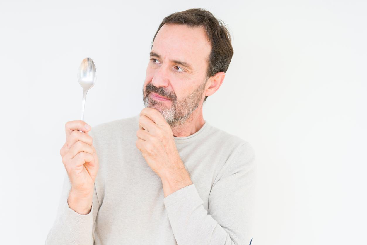 <p><strong>Балансиране на лъжици</strong></p>  <p>През 2013 г. сърбинът Далибор Йабланович поставя рекорд, като успява да балансира общо 31 лъжици върху лицето си.</p>