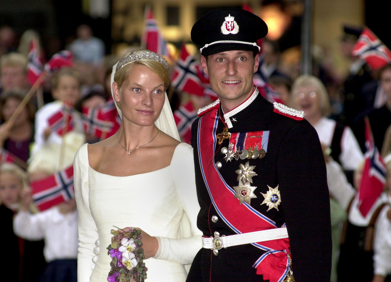 <p><strong>Норвегия: принц Хаакон и съпругата му Мете-Марит</strong></p>  <p>Наследникът на норвежкия трон се жени за жена без кралска кръв на малка церемония в Осло през 1999 г.</p>