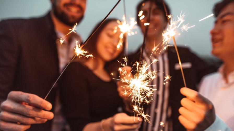 нова година щастие приятели бенгалски огън