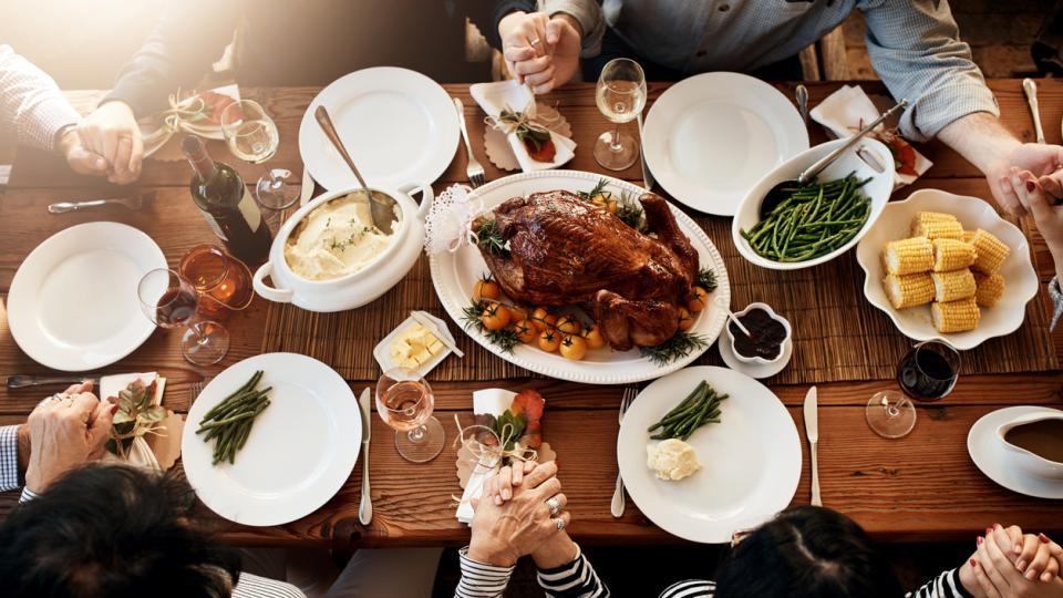 Ден на благодарността благорадност маса храна семейство приятели