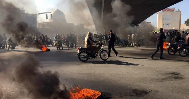 Свят Протести в Иран, има загинали До недоволството се стигна,