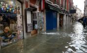 Нов прилив удря Венеция, щетите са огромни