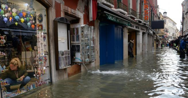 Свят Нов прилив удря Венеция, щетите са огромни Кметът Луиджи
