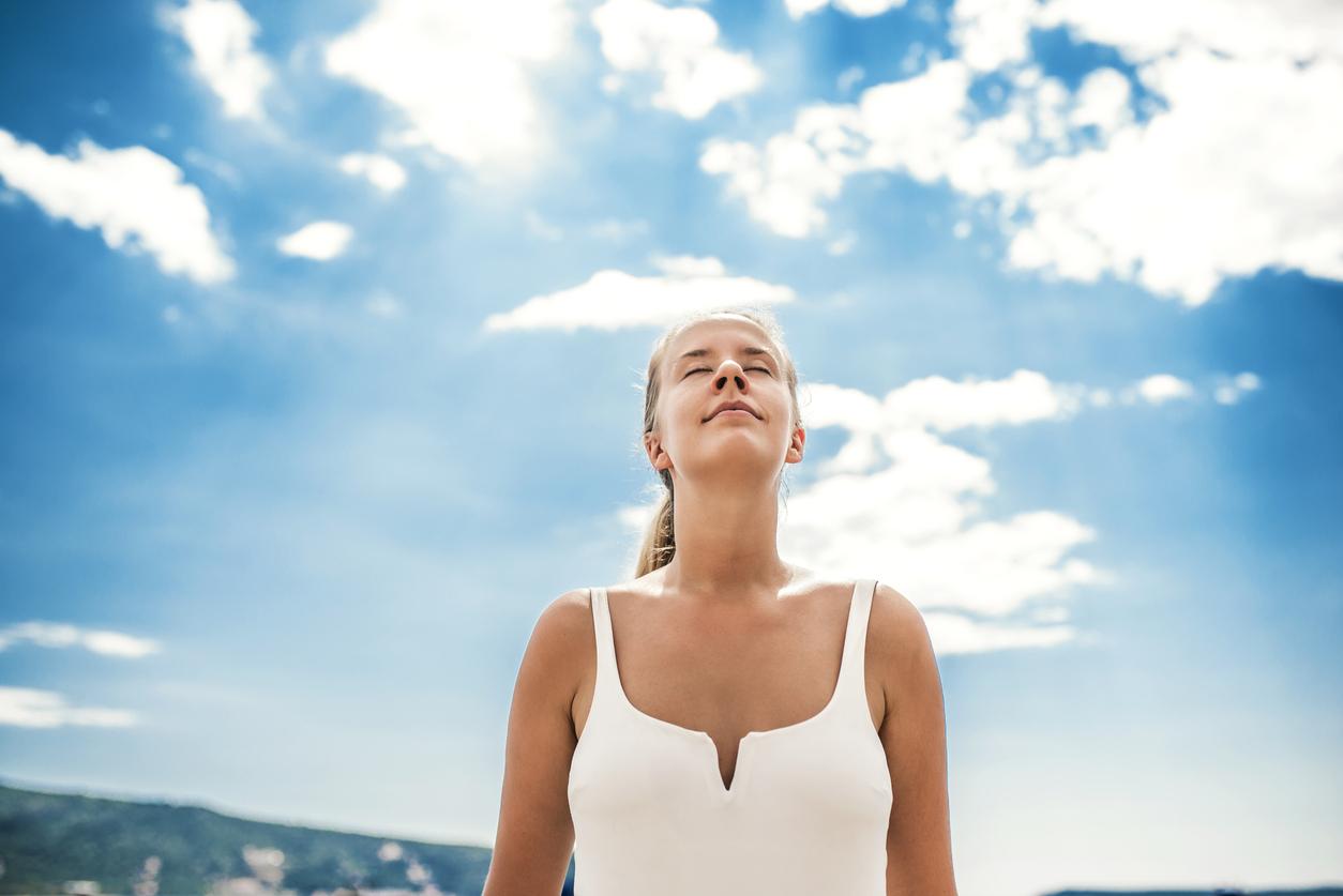 <p><strong>Релаксиране след тежък ден</strong></p>  <p>Всички имаме своите тежки дни. Такива, в които не ни върви в нищо. Техниката за дишане в тази ситуация е позната като &bdquo;5 сутринта&rdquo;. Освен, че насочва към времето от деня, в което се изпълнява, техниката се състои в петминутно дишане от пет вдишвания и пет издишвания на всяка минута. Първо е нужно да седнете или легнете, както се чувствате най-удобно. След това сложете двете си ръце върху корема (около пъпа). Вдишайте през носа за четири секунди, след което издишайте за шест секунди. Задържайте дъха си за две секунди.</p>