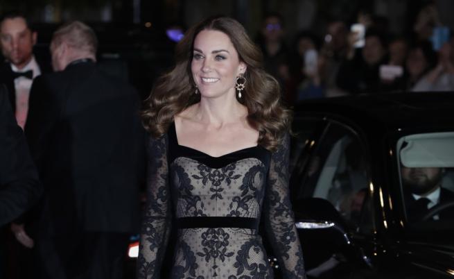 Кейт с впечатляваща вечерна рокля