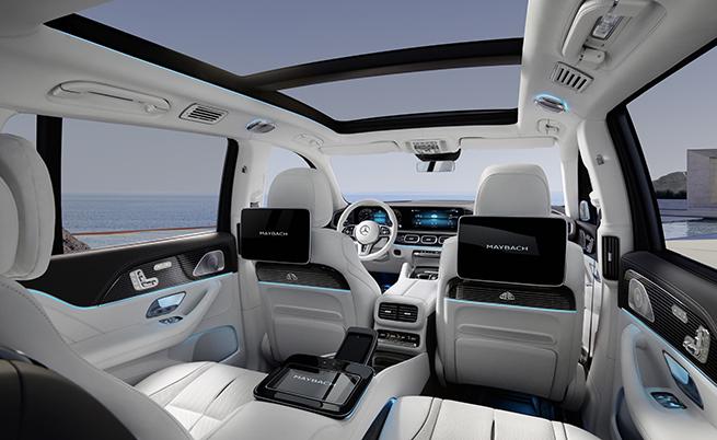 Mercedes-Maybach GLS 600 е адресиран към пътниците, затова основното внимание е било насочено към пътниците отзад. Просторът за тях е наистина впечатляващ, а луксът се вижда с просто око. Всички седалки са с подгрев, вентилация и масаж. Задните предлагат масаж на 10 точки и имитация на ефекта горещи камъни.