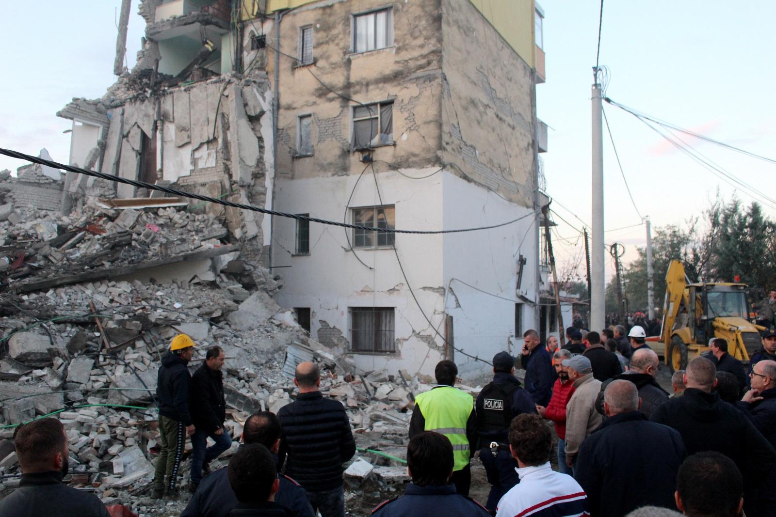 <p>Две деца бяха извадени иви от разрушена сграда в Туман - градче на около 40 км северно от столицата Тирана</p>