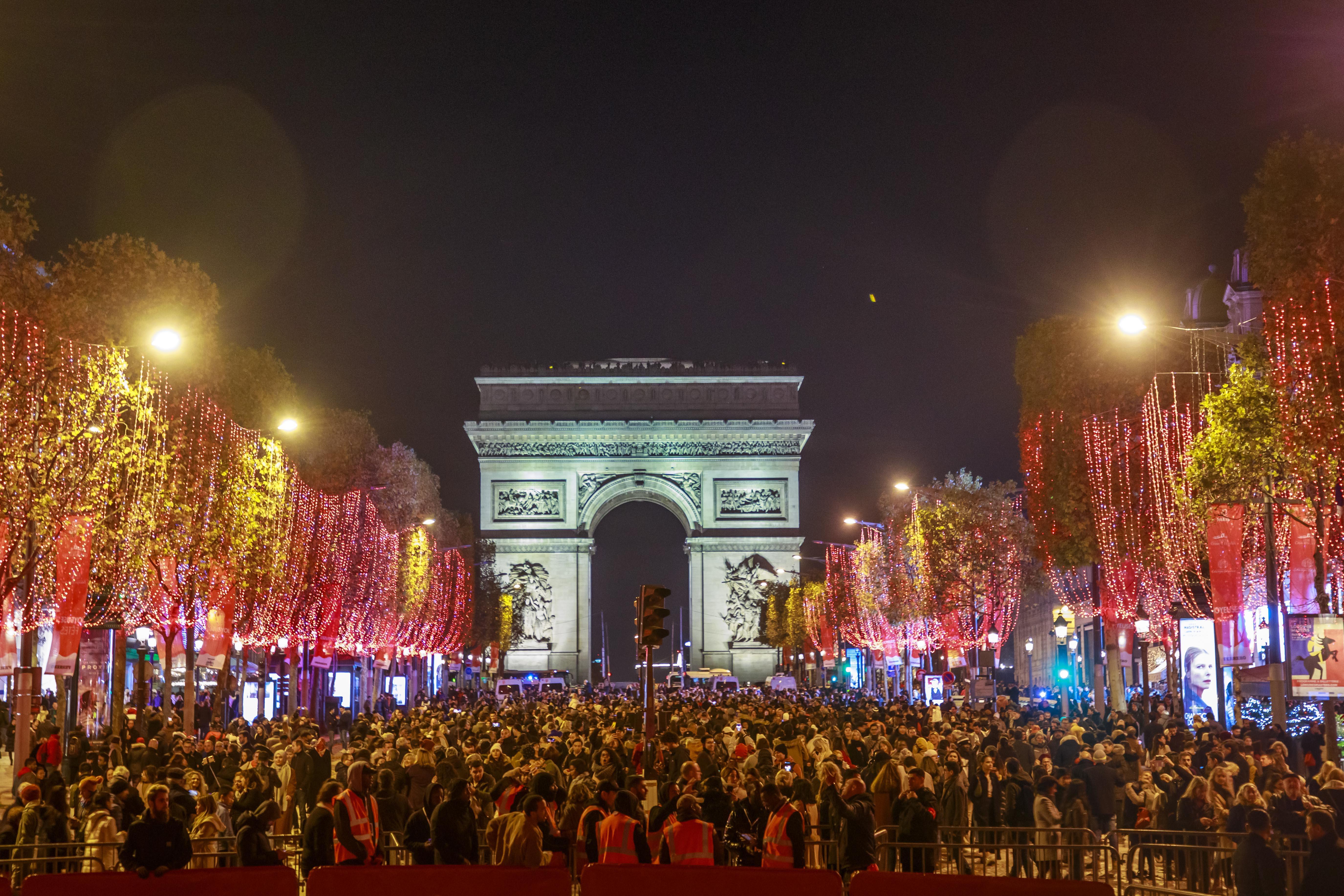 <p>Най-известният булевард в столицата беше озарен от енергоспестяващи светлини. 400-те дървета на &quot;Шанз-Елизе&quot; засияха в червено.&nbsp;Те ще радват туристите и жителите на Париж до 8-ми януари 2020 година. От кметството в парижката столица се похвалиха, че всяка година успяват намаляват консумацията на енергия от коледната украса.</p>