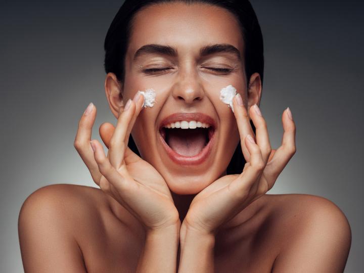 <p>Първо място поставяме дневен крем за лице. През зимата е хубаво да използваме такъв, който има интензивна защита и подхранване, текстурата му е по-тежка и предпазва от резките климатични промени и минусови температури навън.</p>