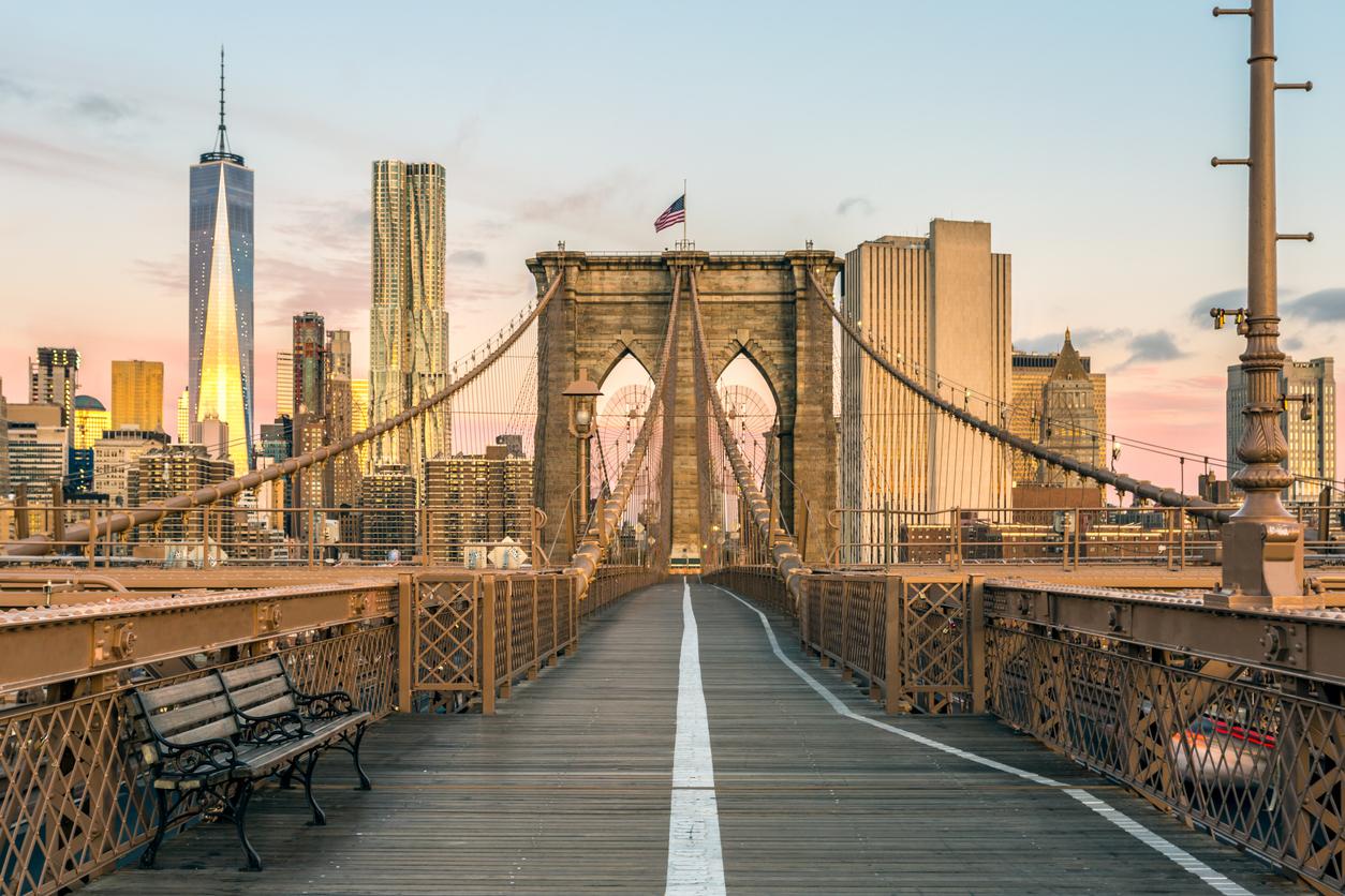 <p>&nbsp;<strong>Бруклински мост</strong></p>  <p>Бруклинският мост е емблематична структура с богата история. Тoй е един от най-старите висящи мостове в света и свързва Бруклин и Манхатън в Ню Йорк. Дълъг е 1834 м., а е открит през 1883 г. Днес около 150 000 превозни средства преминават през него всеки ден.</p>