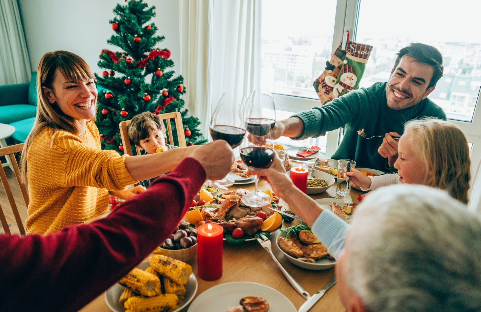 <p>На 25 декември празнуваме Коледа, също позната, като Рождество Христово, Божик или Божич. Това е един от най-големите църковни празници в християнския свят.&nbsp;Празникът започва в първите часове на 25 декември.&nbsp;Той е своеобразно продължение на Бъдни вечер. На него християните честват рождението на Сина Божий Иисус Христос.</p>