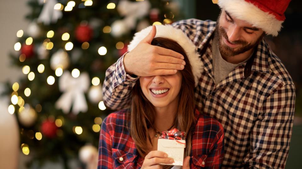 двойка връзка любов коледа подарък подаръци изненада
