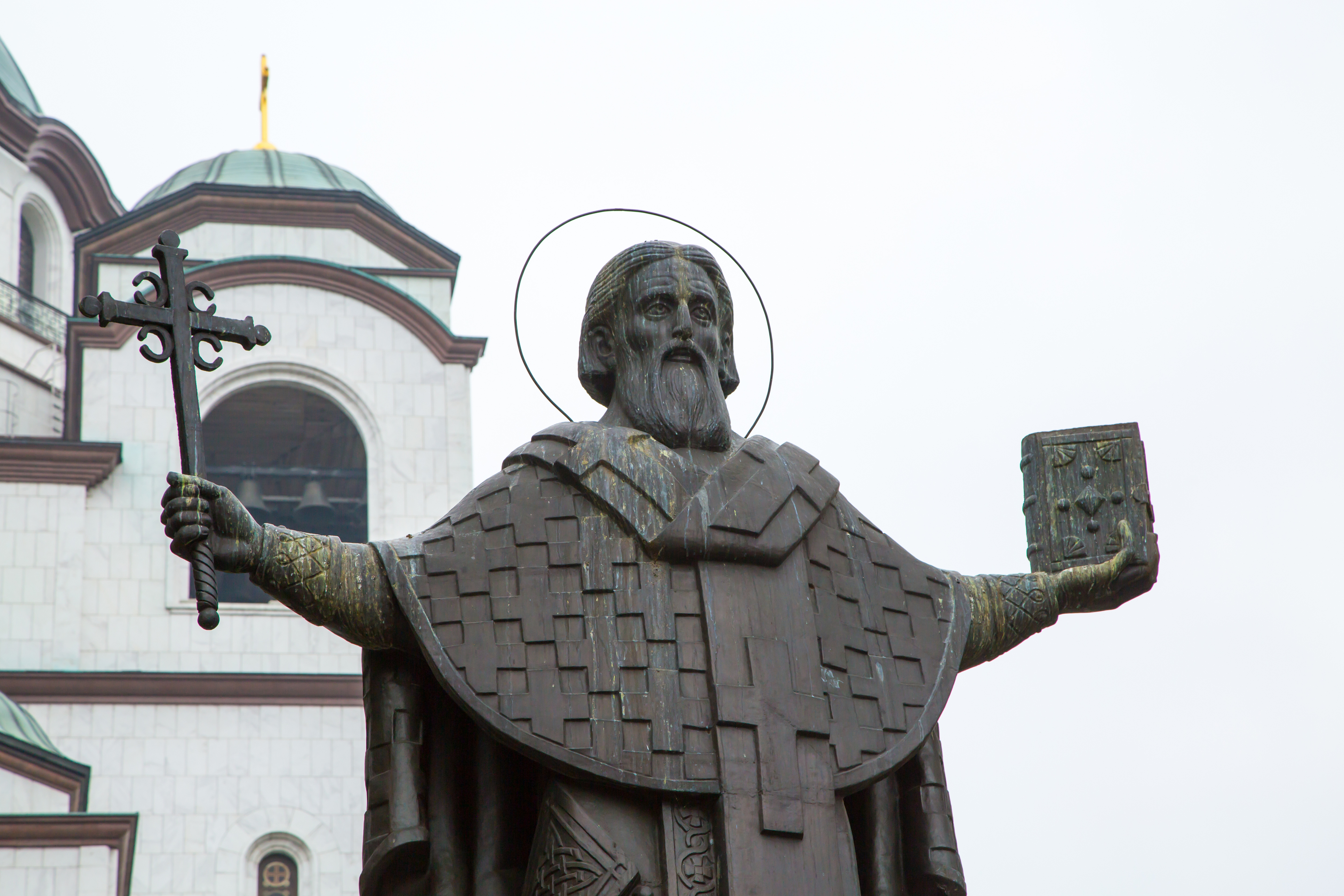 <p>На 5 декември православната църква чества св. Сава Освещени, построил в края на живота си множество манастири и болници.&nbsp;Сава е свързан/а и с плодовитостта, затова на този ден бездетните булки изпълнявали ритуал, заедно с най-старата жена в дома. Предците ни изпитвали страхопочитание към св. Сава, защото вярвали, че &bdquo;засява&ldquo; болестите по хората, от там идва и израза &bdquo;Варвара заварява болестите, а Сава ги разсява&ldquo;.</p>