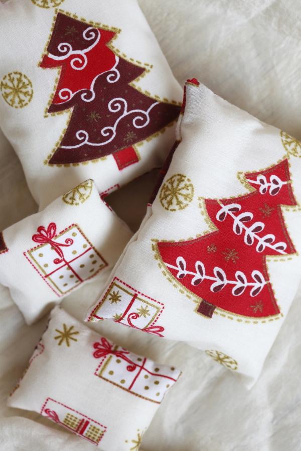 <p>Коледна декоративна възглавничка</p>  <p>Малко нестандартно звучи, но е страшно тематично. Все пак идеята на коледните подаръци е да напомня за празника. Подобни възглавнички можете да откриете почти навсякъде, а цената им често не е голяма. Могат също да бъдат съчетани и с друг подарък.</p>