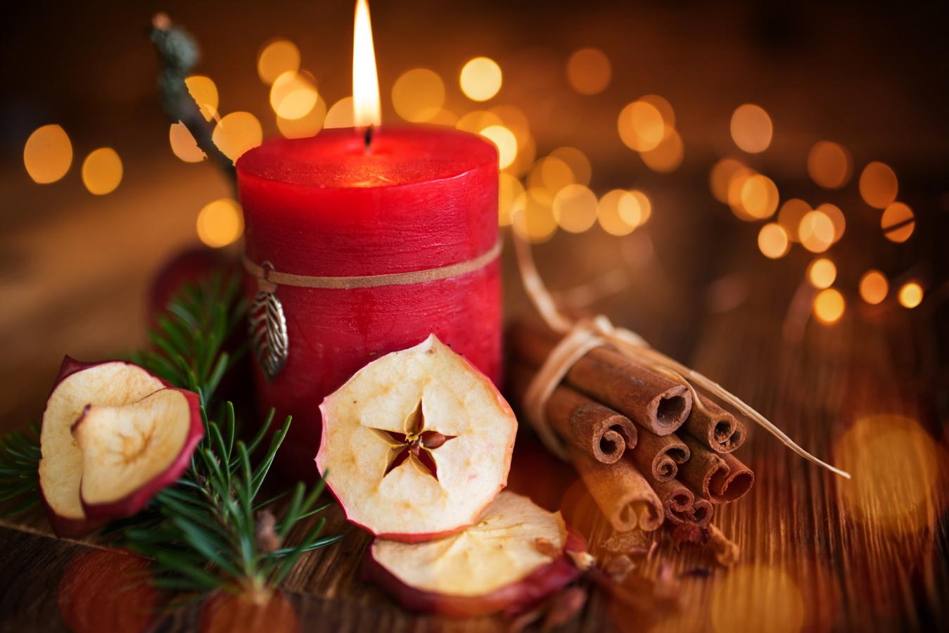 <p>Коледна свещ</p>  <p>Подобен подарък е много практичен и може да се хареса много на колега в офиса, на който трябва да направите подарък за коледното парти. Свещите са много популярен аксесоар през този сезон, а луксозните варианти със сигурност ще се харесат на всеки.</p>