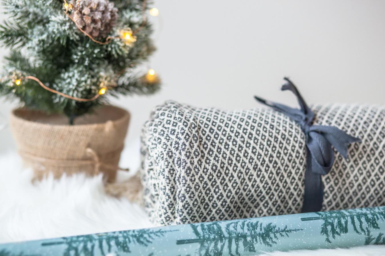 <p>Меко одеяло за студени зимни дни</p>  <p>Зимата е от сезоните, които изискват от нас по-дълъг престой у дома. Тогава непременно прибягваме към любима книга, чаша горещ шоколад и канелени сладки. В такъв момент няма нищо по-приятно от това да се завием с меко и топло одеяло. Така подаръкът ви може да напомня за вас.</p>
