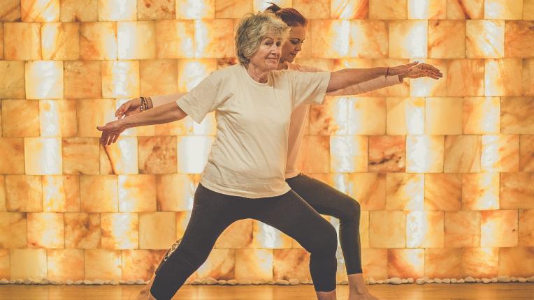 За да се чувствате енергични, независимо от възрастта: йога за дами 55+