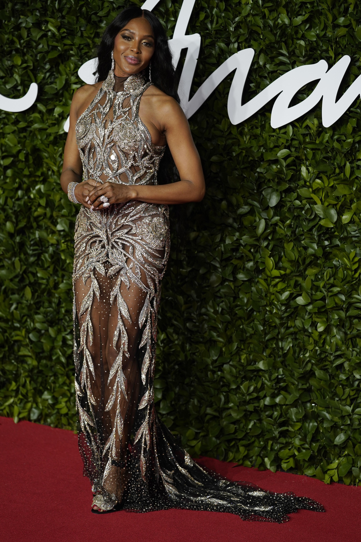 <p>Супермоделът Наоми Кембъл и дизайнерите Сара Бъртън и Джорджо Армани бяха почетени на състоялата се в &quot;Роял Албърт хол&quot; в Лондон церемония за Британските модни награди.&nbsp;Кембъл беше удостоена с отличието &quot;Модна икона&quot;, а Бъртън, прочула се като дизайнер на роклята на Кейт Мидълтън за сватбата й с принц Уилям получи наградата &quot;Новатор&quot;. Легендарният Армани беше почетен от Британския моден съвет с приз за цялостна кариера.</p>