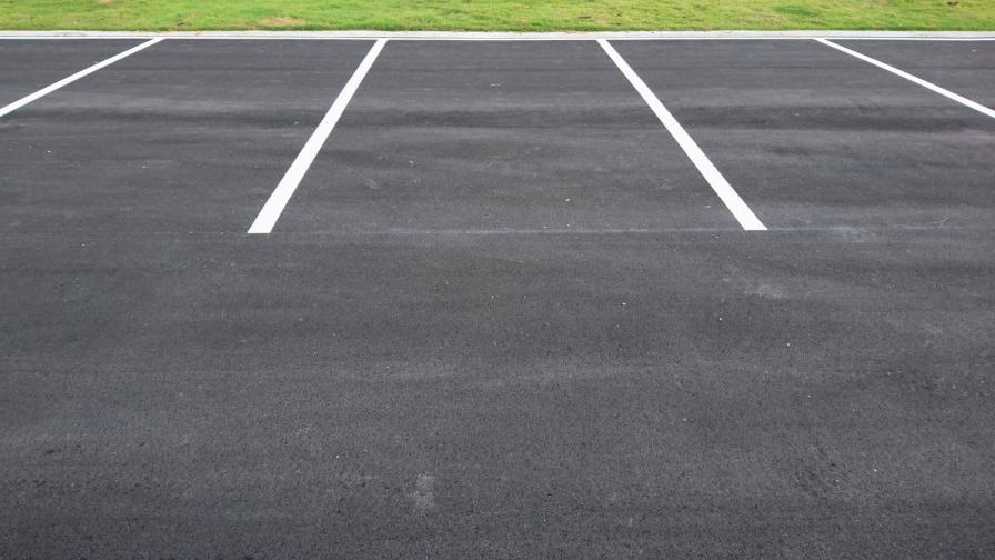 <p>Огромни паркоместа, но паркирането е забранено</p>