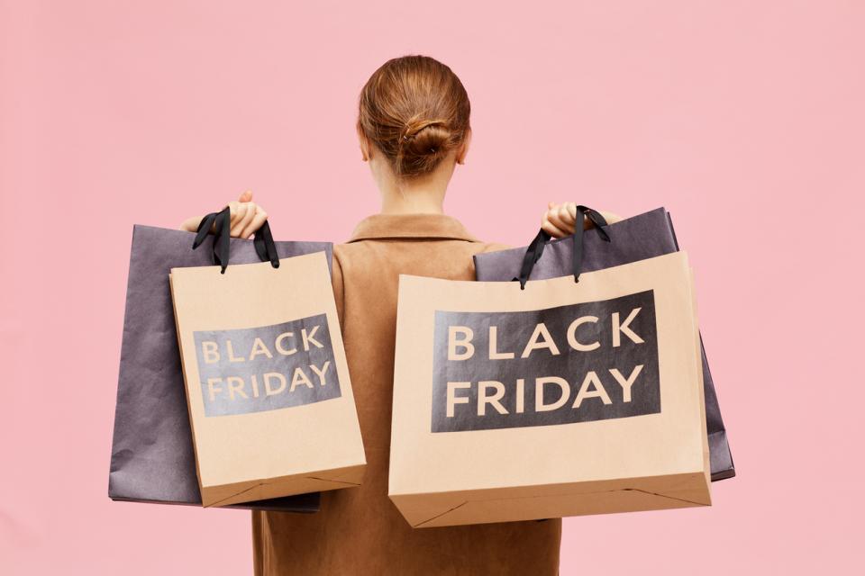 жена пазаруване черен петък