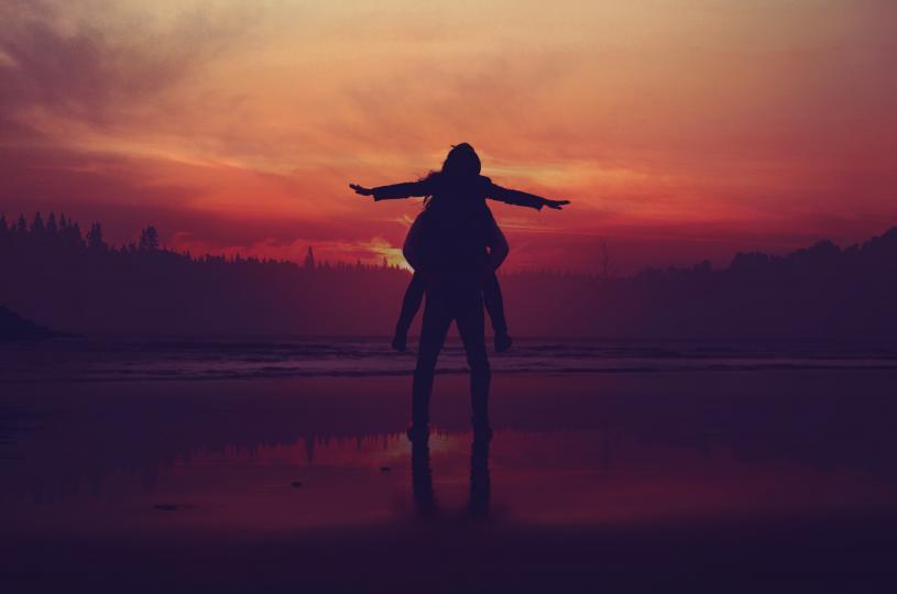 <p><strong>Намерете баланс между това да търсите любовта и да я оставите да се случи</strong></p>  <p>Вероятно сте чували израза &bdquo;Любовта се случва, когато най-малко очакваш&ldquo;. Проблемът с тази представа е, че тя предполага, че всъщност не трябва да търсите любовта &ndash; че тя ще ви открие само ако не се опитвате да я преследвате. Това обаче не е задължително. Не бъдете обаче и прекалено съсредоточени в стремежа си към любов &ndash; ако имате дълъг списък от неща, които търсите в партньора си, може да пропуснете много възможности. Освен това може да се окажете разочаровани понякога, когато никой не е в състояние да отговори вашата специфична фантазия.</p>