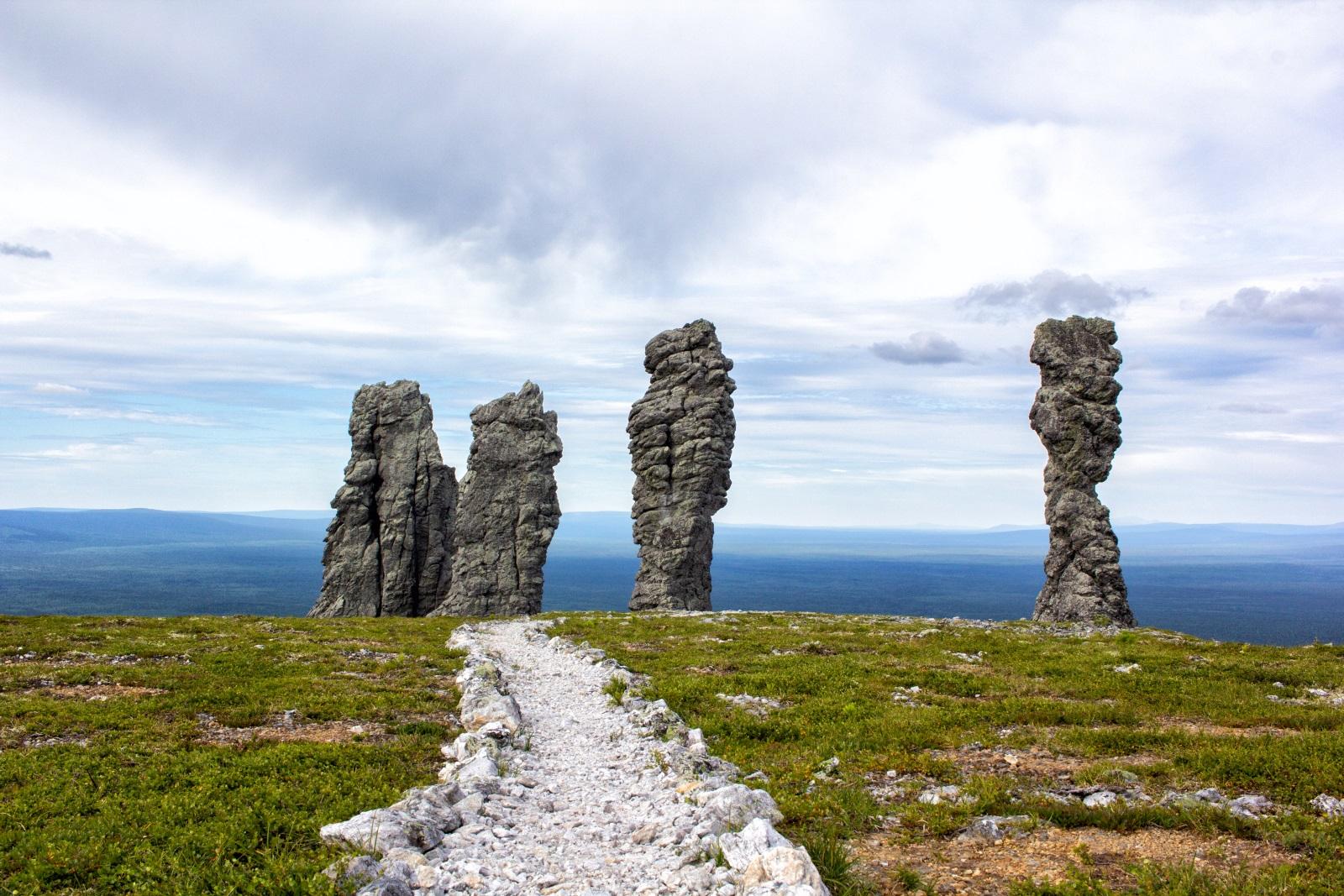 <p>Манпупунер, или Изветрелите каменни стълбове, е едно от Седемте чудеса на Русия. Наричат го и руския Стоунхендж. Феноменът от скални образувания, с височина от 30 до 42 метра, се намира в Коми</p>
