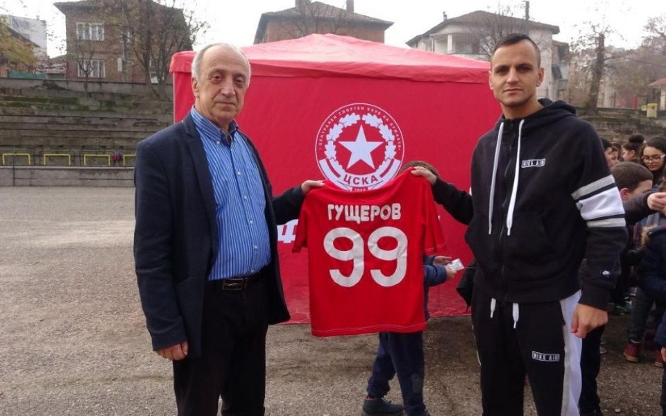 ЦСКА 1948 гостува в Петрич и родното училище на Гущеров