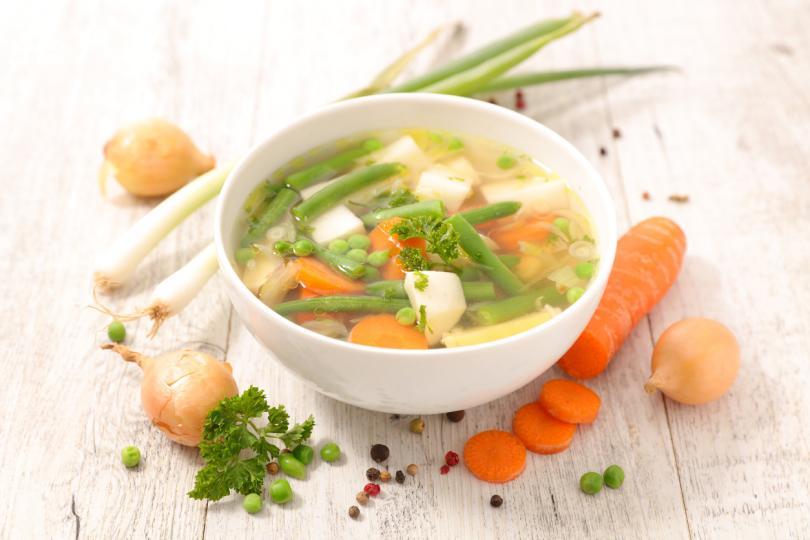 <p><strong>Зеленчукова супа</strong><br /> <br /> Зеленчуковите супи носят&nbsp;<strong>витамини и минерали&nbsp;</strong>на организма. Те са едновременно засищащи, питателни и имуностимулиращи.&nbsp;&nbsp;<br /> <br /> Ето рецепта за идейна витаминозна зеленчукова супа: Необходими са морков, лук, чесън, магданоз, целина, домати, картофи, тиквички, зелен фасул, чушки, грах, копър.&nbsp;<br /> <br /> Първо задушавате в мазнина нарязаните лук, морков, чесън, магданоз и целина. После прибавяте настърганите домати, бульон и сол. Изчакайте да заври преди да прибавите нарязаните на кубчета картофи и тиквички, зеления фасул, нарязаните чушки и граха.<br /> <br /> Оставете супата да ври, докато зеленчуците омекнат. А преди да сервирате добавете ситно нарязания копър.</p>