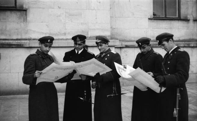 Завършили курсанти от Военното училище току що са получили своите свидетелства от военния министър ген. Дамян Велчев, 1944 г., Фотография: Иван Юскеселиев