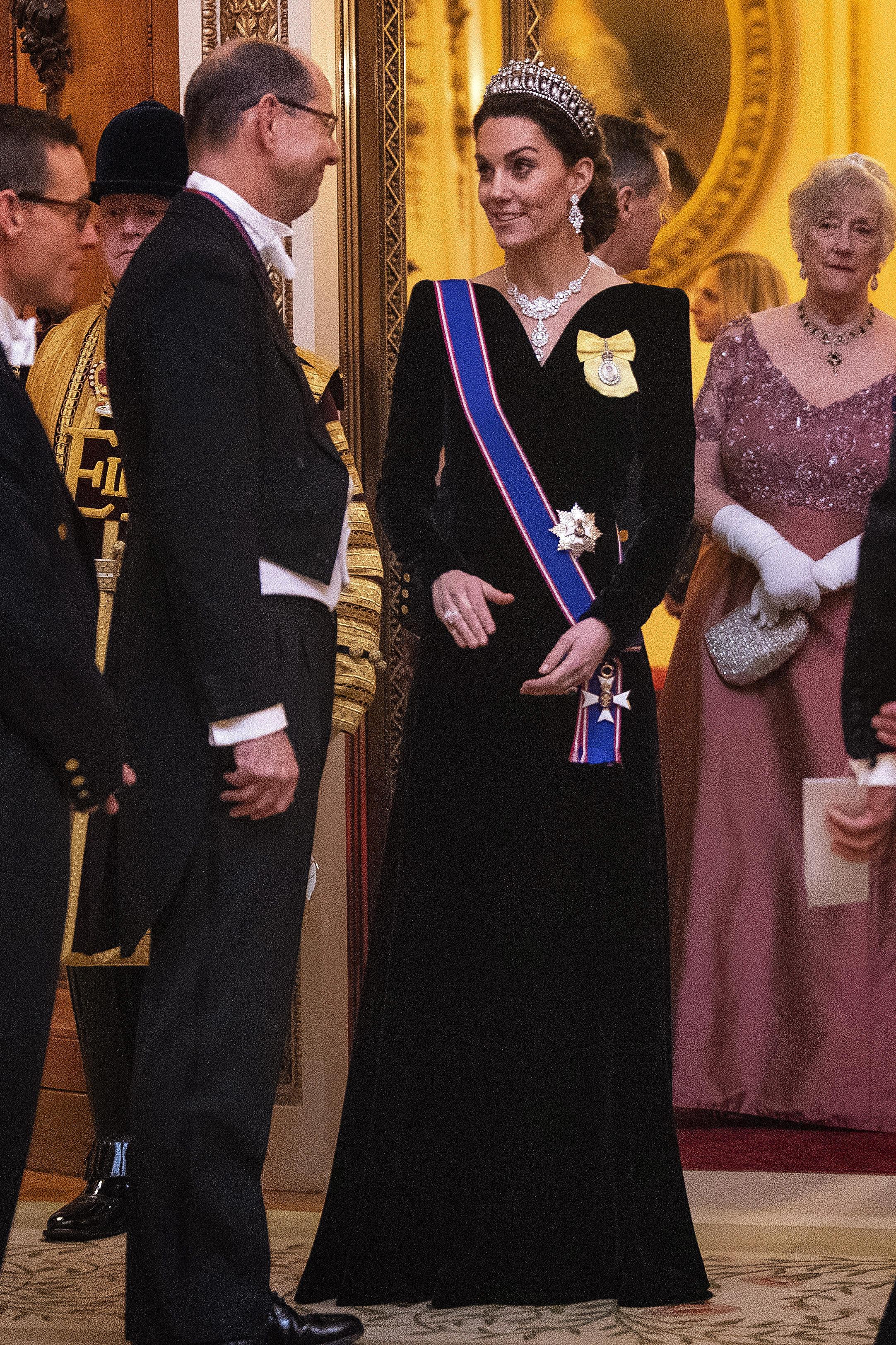 <p>Eжегодният дипломатически прием&nbsp;на кралица Елизабет Втора се състоя в Бъкингамския дворец в сряда вечер, а херцогинята на Кеймбридж за пореден път въплъщаваше изисканост и аристократизъм.</p>