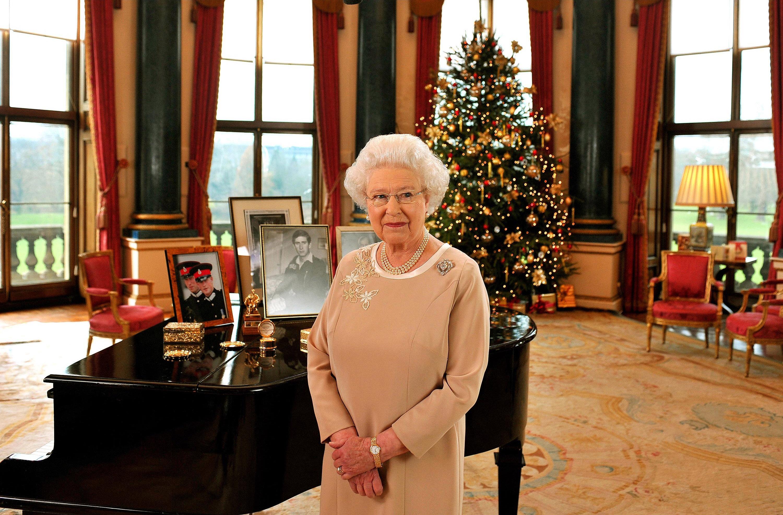 <p><strong>8. Елизабет II получава клонка от свещеното дърво в двора на баптистката църква в Гластънбъри</strong></p>  <p>Това дърво (Holy Thorn) цъфти два пъти в годината &ndash; по време на Великден и около Коледа. Свързват това дърво с Йосид Ариматейски и идването на християнството във Великобритания, по думите на Луиз Кулинг.&nbsp;</p>