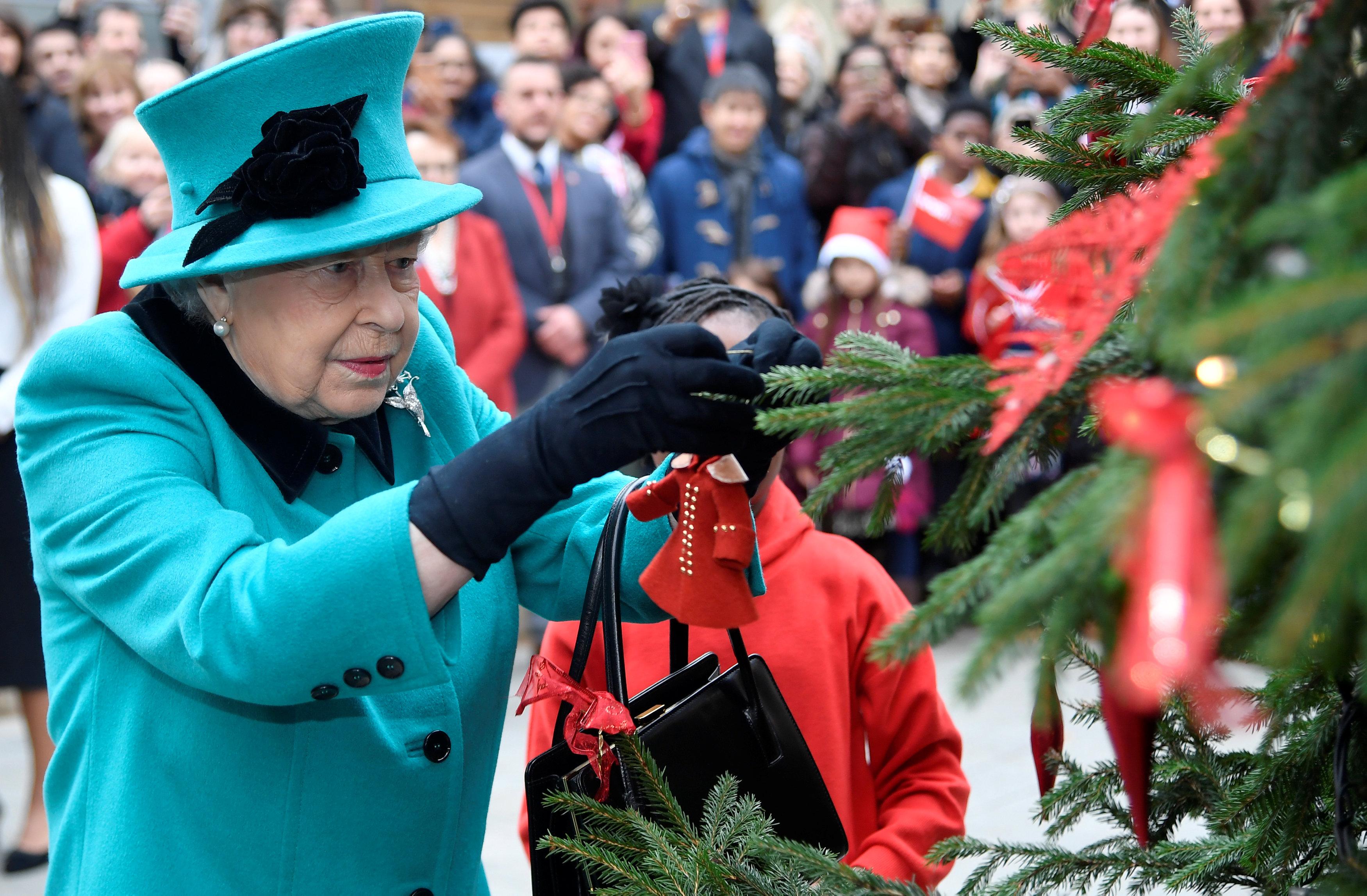<p><strong>3.&nbsp;Кралицата и принц Филип даряват коледни дървета на училища в Сандрингам</strong></p>  <p>Тази традиция датира от времето на кралица Виктория и принц Алберт, които подарявали елхи на местни училища. Елизабет II дарява елхи също и на Уестминстърското абатство, на катедралата &bdquo;Св. Павел&ldquo; в Лондон, както и на две катедрали в Единбург, Шотландия.</p>