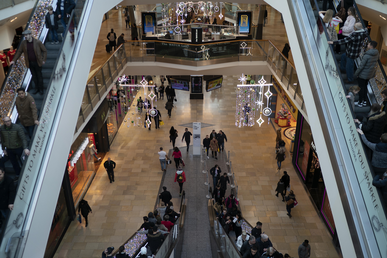 <p><strong>Пропуснете мола</strong></p>  <p>Моловете почти винаги са препълнени с хора, а промоциите преди празниците в повечето случаи не са напълно задоволителни. По-добре посетете някой малък магазин или коледен базар, където можете да открието повече съкровища.</p>