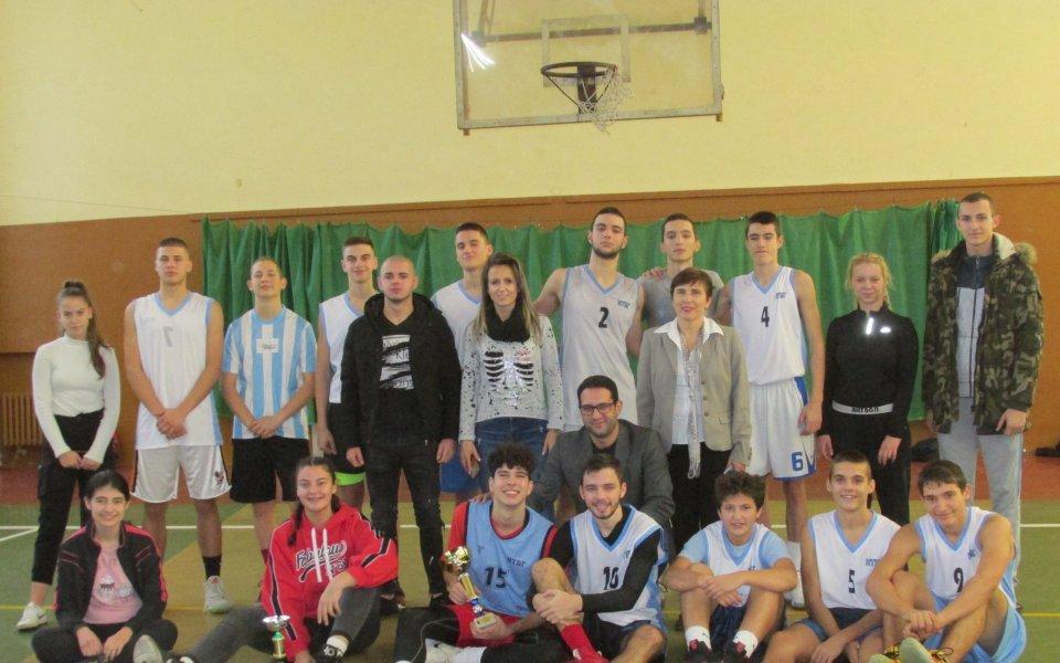 Отборите на Софийската математическа гимназия /СМГ-момичета/ и Националната търговско-банкова гимназия