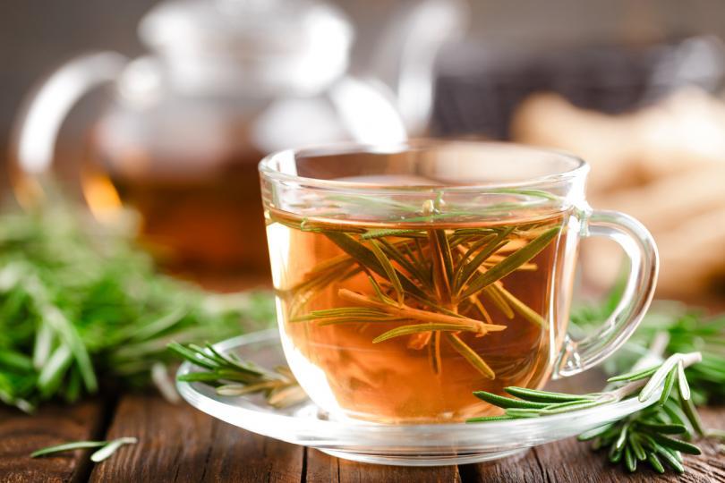 """<p><strong>Чай от розмарин</strong></p>  <p><strong>Чаят от&nbsp;<a href=""""http://www.edna.bg/zdravoslovno/hrani/rozmarin-za-silna-pamet-4629938"""" target=""""_blank"""">розмарин</a>&nbsp;е богат на танинова киселина, която може да ви помогне да намалите излишната мазнина в косата и скалпа.</strong>&nbsp;Зеленият чай и чаят от лайка също са подходящи при омазняване на косъма, но чаят от розмарин е по-ефективен, тъй като съдържа етерични масла, които помагат за регулиране на свръхпроизводството на мазнина върху кожата.</p>  <p>Запарете свежи или изсушени листа от розмарин за 20 минути и оставете течността да изстине. Нанесете я върху косата си като шампоан след баня, без да изплаквате. Освен, че ще е красива, косата ви ще ухае и на&nbsp;<strong><a href=""""http://www.edna.bg/svobodno-vreme/pochivka/pyteshestvie-s-vkus-na-vino-4630515"""" target=""""_blank"""">свежест</a></strong>.</p>"""